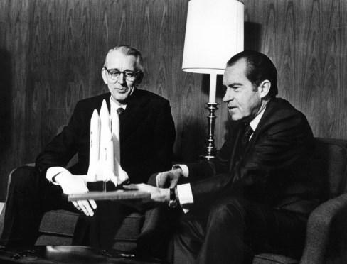 James Chipman Fletcher a la izquierda (administrador de la NASA entre 1971 y 1977) y Richard Milhous Nixon, presidente de EEUU entre 1969 y 1974. Fletcher fue el encargado de llevar a cabo el control de la manipulación fotográfica de las sondas Viking. El por qué todavía se desconoce (Imagen tomada de https://es.wikipedia.org/)