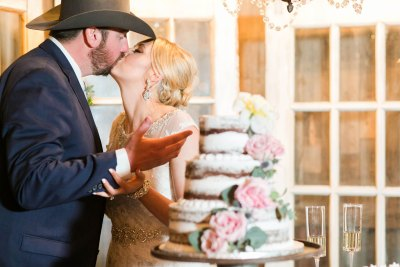 West Texas bride and groom cutting cake. Wedding coordinator Jessica Ormond Events. Allee J Photography.