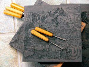 Mayaglyph er skåret i specielt udvalgte mahogni-blokke på omkring 5 cm. tykkelse