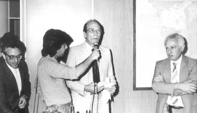 """Alfredo Bosi (à esq.), Gerhard Malnic (entrevistado pela Rádio USP) e José Goldemberg no lançamento da revista """"Estudos Avançados"""" em dez/1987 - Foto: Divulgação"""