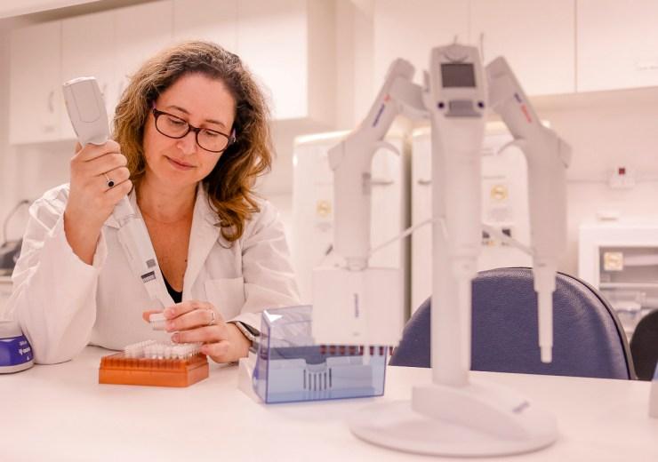 Pesquisadora no Laboratórios de Biologia Molecular do Museu de Zoologia - Foto: Cecília Bastos / USP Imagens
