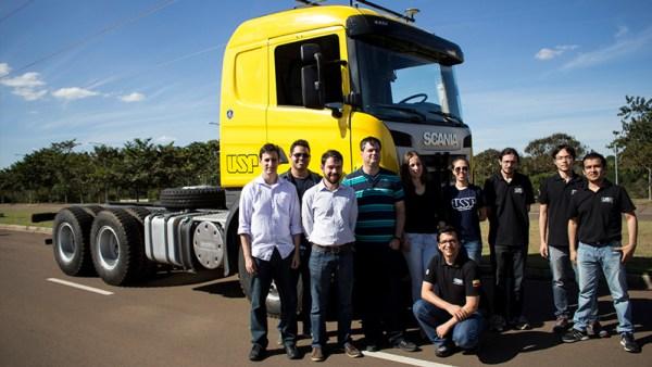 Legenda: Os pesquisadores se conheceram no Laboratório de Robótica Móvel do ICMC que, entre diversos projetos, desenvolveu um caminhão autônomo em parceria com a Scania em 2015 Créditos: Paulo Arias