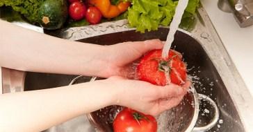 Pessoas lavando alimentos - Foto: Revista Deguste
