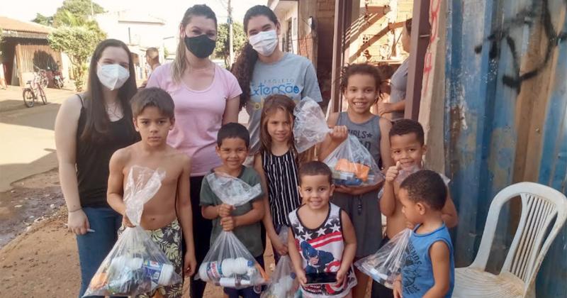 Voluntárias do projeto entregam kits em bairros de Ribeirão Preto - Foto: Divulgação/FEARP