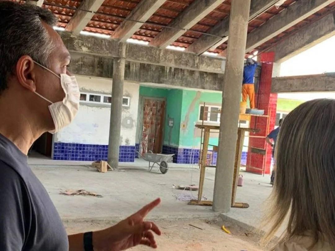Emerson e Jane Panta acompanham fase final da construção de uma nova creche em Bebelândia