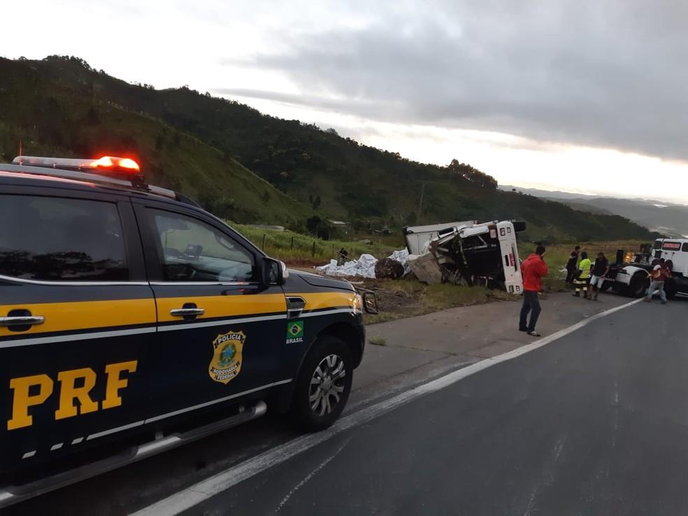 Populares tentam saquear carga de papel higiênico após caminhão tombar na BR-116