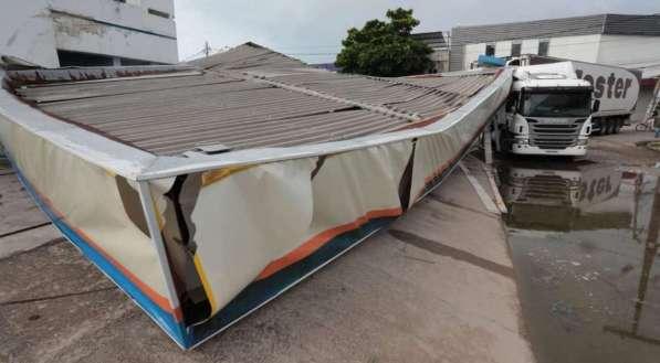 Caminhão derruba cobertura de posto no Recife
