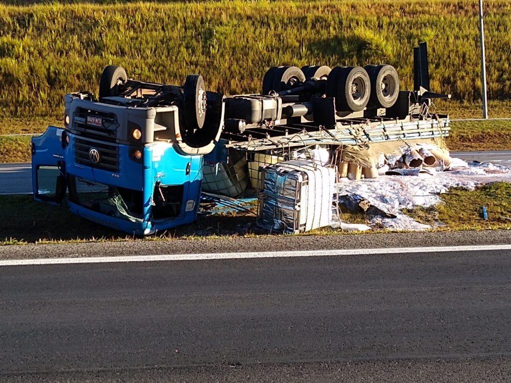 Caminhão carregado com produtos químicos tomba na SP-70
