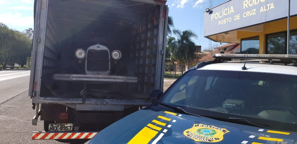 Caminhoneiro é detido após ser flagrado transportando carro de 1929 sem documentação