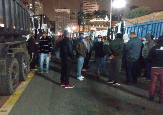 Caminhoneiros unidos após colega ser agredido, centenas de motoristas bloqueiam frente da Prefeitura de São Paulo 1