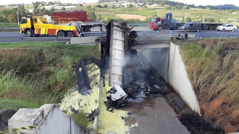 Carreta e automóvel caem de viaduto após colisão em Campinas