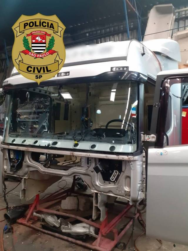 Polícia Civil encontra caminhão roubado já em processo de desmanche em SP