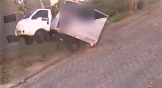 Caminhão fica 'pendurado' em árvore após condutor perder o controle em Criciúma/SC