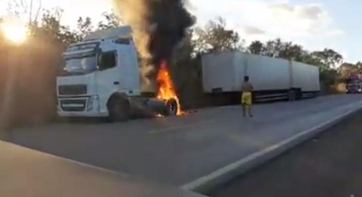Caminhoneiros se unem e salvam caminhão em chamas