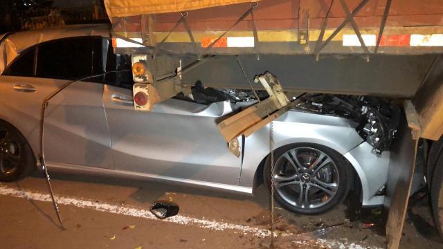 Mercedes-Benz A200 entra debaixo de caminhão em colisão | Motorista teve ferimentos leves