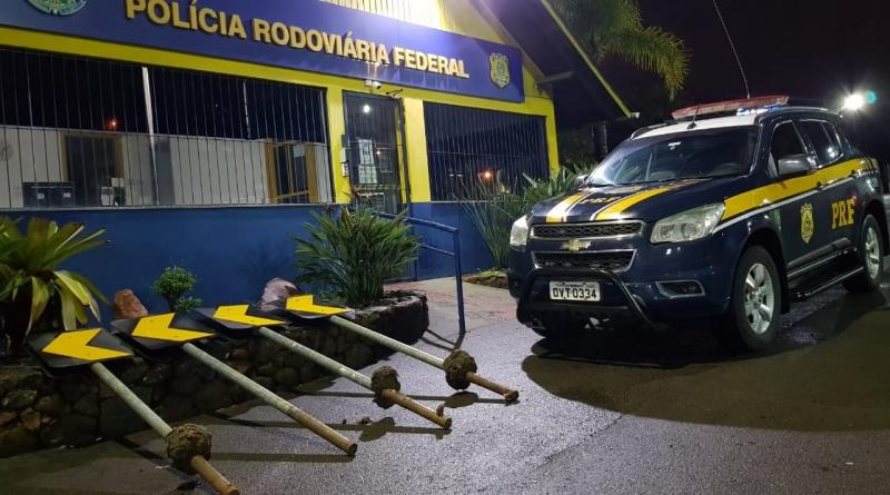 PRF flagra caminhoneiro furtando placas de sinalização para fazer cerca em sua residência