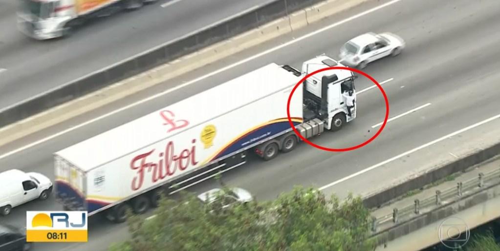 Ao vivo: criminosos interceptam carreta e levam motorista como refém no RJ