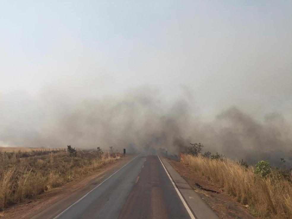 Atenção: Trecho de 10 km da BR-163 é interditado por conta da fumaça provocada pelas queimadas
