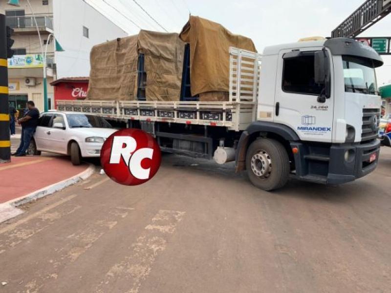 Automóvel tenta fazer conversão junto com caminhão e causa acidente em Rondônia