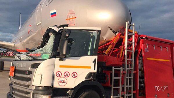 Caminhão colide em avião parado na Rússia