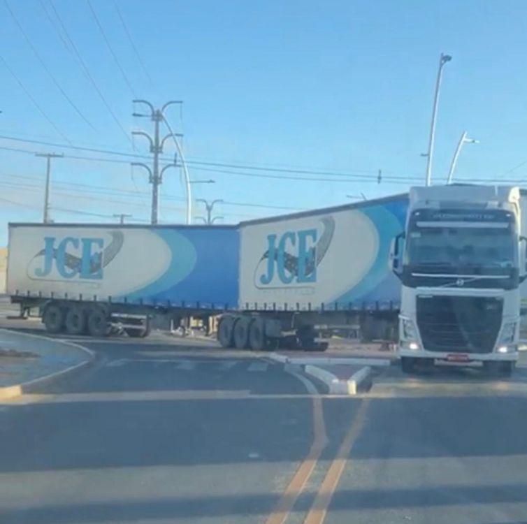 Caminhoneiro é multado em R$7 mil e transportadora em R$20 mil após carreta danificar rotatória em Petrolina