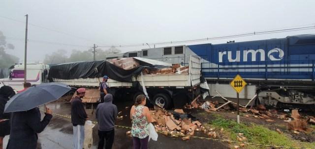 Carreta é atingida por trem no Paraná