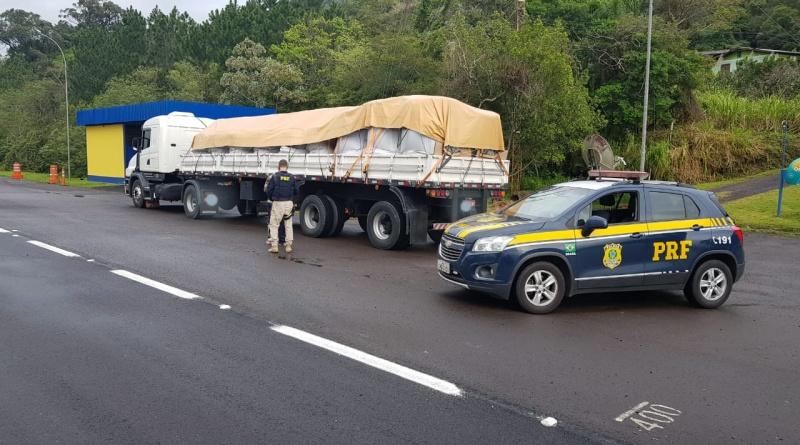 Depois de furar pedágio 40 vezes, caminhão é flagrado com placas apagadas na BR 101