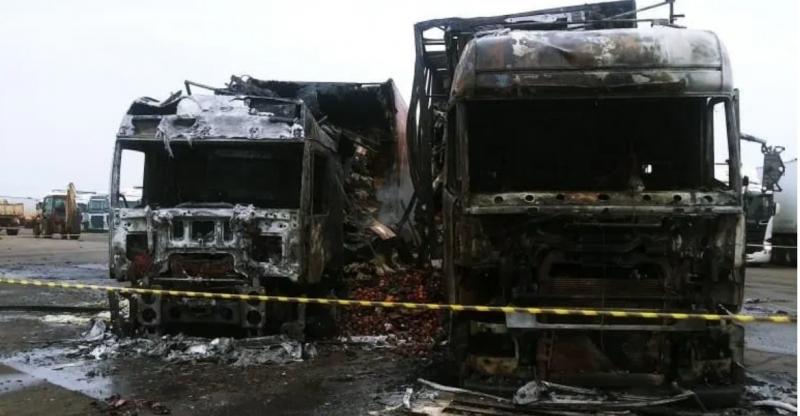 Dois caminhões pegam fogo no pátio do Centro Unificado de Fronteira no RS