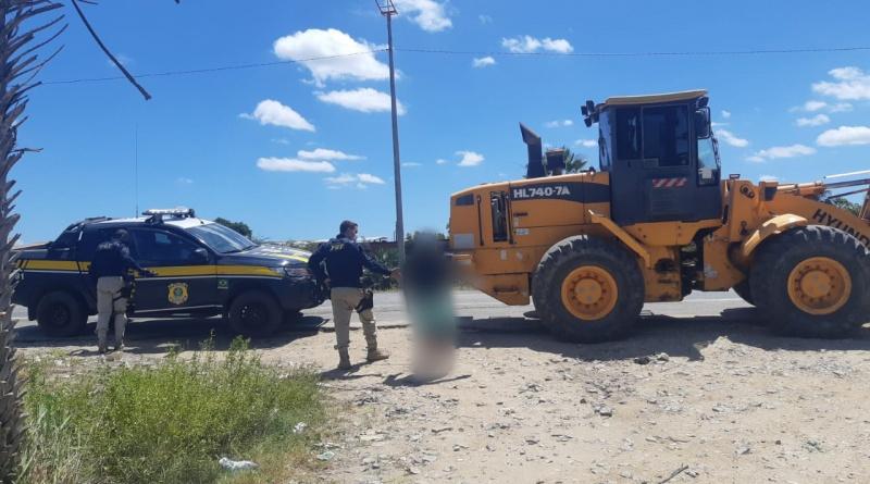Homem tenta fugir da PRF de trator, mas acaba preso na BR-020