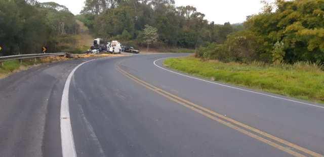 Pai e filho morrem após caminhão tombar na BR-153