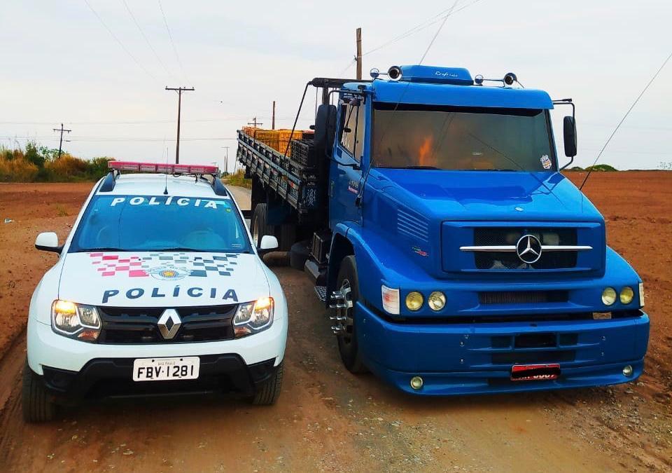 Polícia encontra caminhão roubado escondido em mata em Rio Claro (SP)