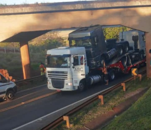 Prejuízo: carreta que transportava caminhões 0 km enrosca em ponte na BR-376