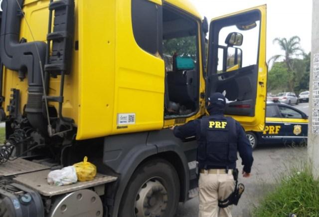 PRF recupera caminhão e carga que haviam sido roubados na Dutra