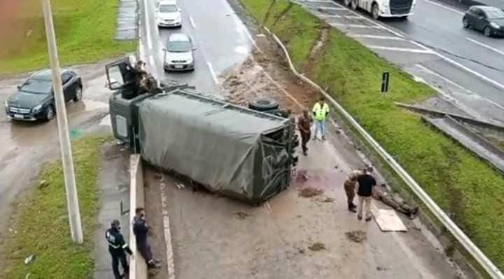 Caminhão do Exército tomba e deixa 4 soldados feridos na BR-101