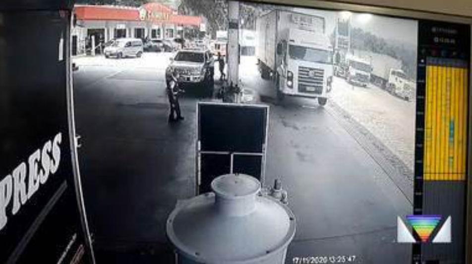 Caminhão salta rampa de posto durante perseguição em Atibaia – SP