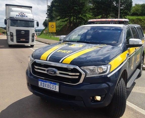 Para burlar balança, caminhoneiro troca placas de identificação e acaba preso em Mafra/SC