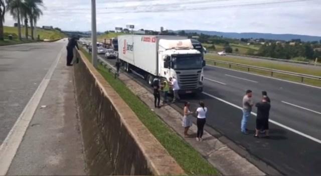 BWM colide à 290 kmh na traseira de carreta na Bandeirantes