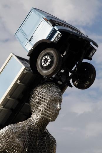 Na Itália, monumento de 10 metros de altura homenageia caminhoneiros
