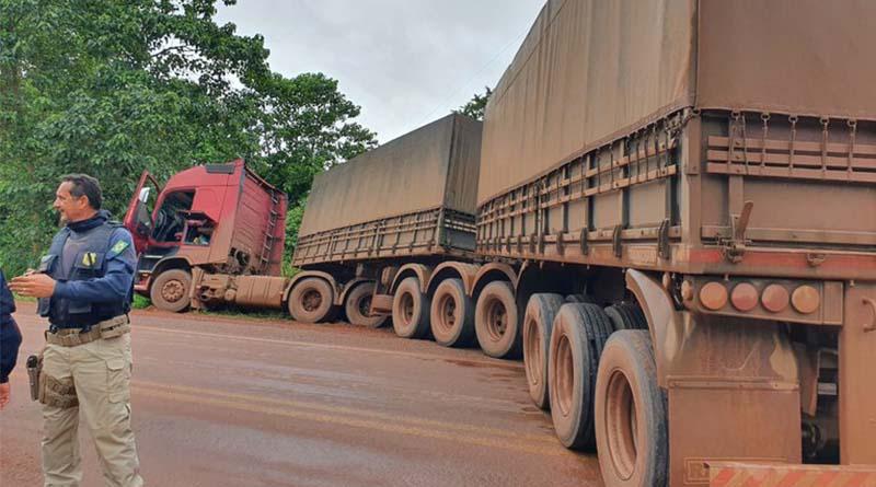 Sob efeito de rebite, caminhoneiro atola carreta 9 eixo na BR-230