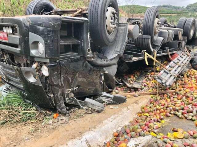 Livramento caminhoneiro sobrevive e sai ileso após tombar caminhão na BR-116, MG
