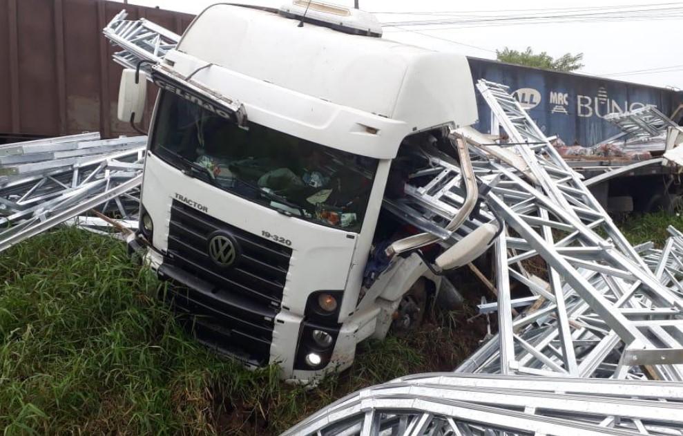 Vídeo: Trem atinge caminhão na PR-408 e motorista sofre ferimentos leves