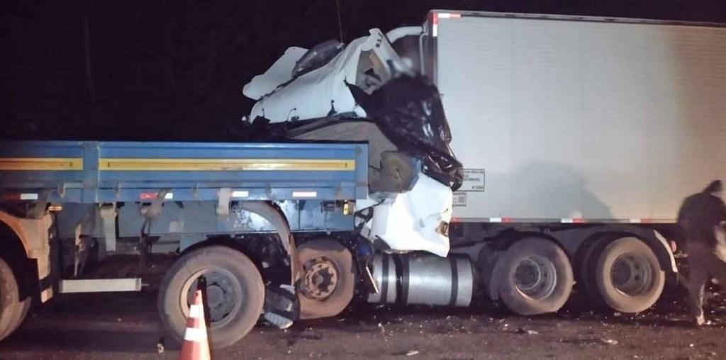 Caminhoneiro de 65 anos morre após colidir na traseira de carreta na Régis