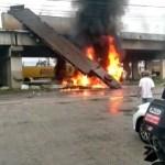Caminhoneiro escapa da morte e sai ileso após carreta cair de viaduto e explodir na BR-101