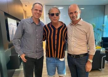 Cacau e o presidente da NSC, Mário Neves, à direita | Foto: Reprodução