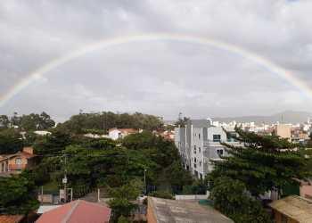 Arco-íris foi fotografado por volta de 7h em Florianópolis   Foto: Tiago Souza / Grupo Conexão
