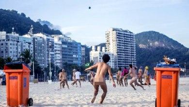 Photo of Grupo protesta jogando bola nu em praia do Rio de Janeiro