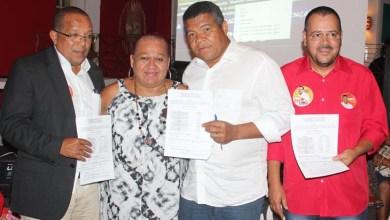 Photo of Deputado federal recebe movimento LGBT da Bahia e assina termo de compromisso