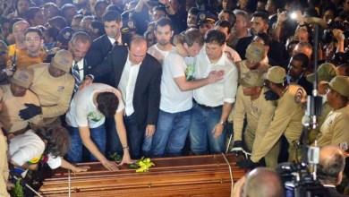 """Photo of Sob gritos de """"guerreiro do povo brasileiro"""", corpo de Campos é enterrado"""