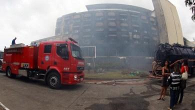 Photo of Bombeiros controlam incêndio no prédio da Secretaria de Justiça; não há feridos