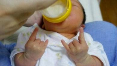 Photo of Mundo: Bebê faz gesto de roqueiro e vira sucesso na internet